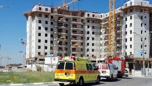 طواقم الانقاذ في موقع حادثة انهيار رافعة أسفر عن مقتل عدد من العمال في مدينة يافنية، 19 مايو، 2019. (Magen David Adom)