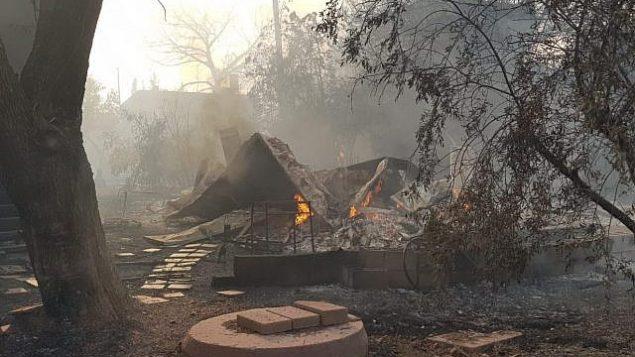 آثار الحريق في بلدة ميفو موديعيم في بوسط إسرائيل في 23 مايو، 2019.  (Israel Fire Service)