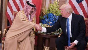 May 21, 2017. / AFP PHOTO / Mandel NGAN  الرئيس الأمريكي دونالد ترامب (إلى اليمين) وملك البحرين حمد بن عيسى آل خليفة يشاركان في اجتماع ثنائي في أحد فنادق الرياض في 21 مايو 2017