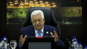 رئيس السلطة الفلسطينية محمود عباس يتكلم خلال الجلسة الأسبوعية للحكومة في مدينة رام الله بالضفة الغربية، 29 أبريل، 2019. (Majdi Mohammed / POOL / AFP)