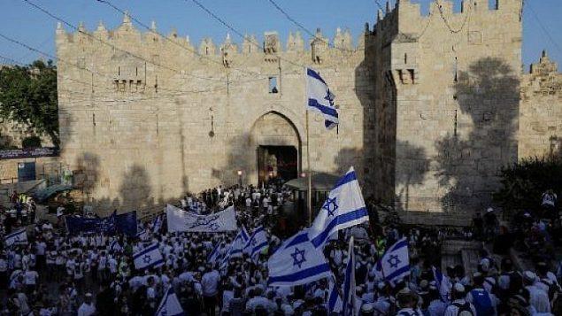 """إسرائيليون يحتشدون عند باب العامود في البلدة القديمة بالقدس في 2 يونيو، 2019 للاحتفال ب""""يوم القدس"""".  (MENAHEM KAHANA / AFP)"""