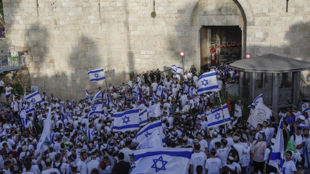 صورة توضيحية: يهود متدينون يشاركون في مسيرة للاختفال بيوم القدس، امام باب العامود في القدس القديمة، 2 يونيو 2019 (MENAHEM KAHANA/AFP)