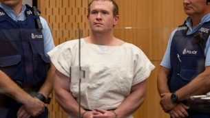 برنتون تارانت المتّهم بقتل 51 مصلّياً مسلماً في هجوم مسلّح شنّه على مسجدين في مدينة كرايست تشيرش في نيوزيلندا، في محكمة كرايست تشيرش، 16 مارس 2019 (Mark Mitchell / POOL / AFP)