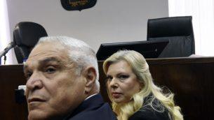 سارة نتنياهو، زوجة رئيس الوزراء بنيامين نتنياهو، ومحاميها يوسي كوهن ينتظران وصول القضاي في محكمة الصلح في القدس، 16 يونيو 2019 (DEBBIE HILL / AFP)