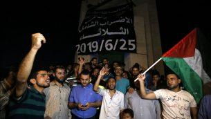 فلسطينيون يهتفون شعارات خلال تظاهرة ضد مؤتمر 'من السلام الى الازدهار' المنعقد في البحرين برعاية أمريكية، في مدينة رفح جنوب قطاع غزة، 25 يونيو، 2019.  ( SAID KHATIB / AFP)