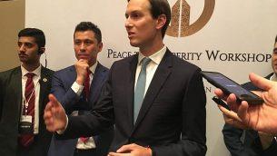 جاريد كوشنر، مستشار الرئيس الأمريكي دونالد ترامب وصهره، يتحدث للصحافيين مع اختتام المؤتمر الاقتصادي 'السلام من أجل الازدهار' الذي عُقد في العاصمة البحرينية المنامة برعاية أمريكية، 26 يونيو، 2019.  (SHAUN TANDON / AFP)
