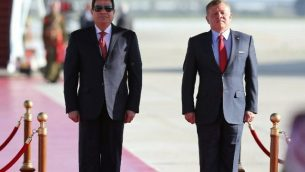 الملك الأردني عبد الله الثاني (يمين) والرئيس المصري عبد الفتاح السيسي في مطار الملكة علياء الدولي في عمان، 28 مارس، 2017. (AFP Photo/Khalil Mazraawi)