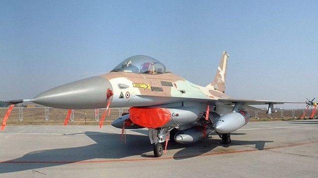 """الطائرة الإسرائيلي من طراز """"F-16A نتس 243"""" التي استخدمها الكولونيل إيلان رامون في 'عملية أوبرا' التي تم خلالها قصف المفاعل النووي أوزيراك العراقي في عام 1981. (KGyST/Wikipedia)"""