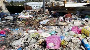 القمامة على هامش شارع في حي وادي الجوز في القدس، 23 سبتمبر 2018 (Adam Rasgon/Times of Israel)