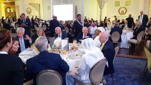 مبعوث الامريكي للشرق الأوسط جيسون غرينبلات، يمين الصورة، في حفل العشاء الافتتاح لمؤتمر 'السلام من أجل الازدهار' في البحرين، 24 يونيو، 2019.  (Raphael Ahren/Times of Israel)