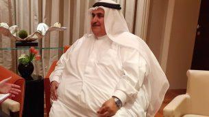 وزير الخارجية البحريني خالط بن أحمد آل خليفة يتحدث مع مراسل تايمز أوف اسرائيل رفائيل أهرين على هامش ورشة عمل 'السلام من اجل الازدهار' في المنامة، 26 يونيو 2019 (Raphael Ahren/Times of Israel)