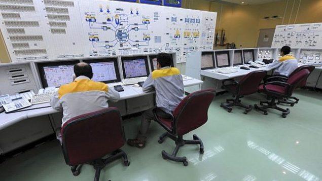 فنيون إيرانيون يعملوم في مفاعل بوشهر النووي في عام 2010.  (photo credit: AP/IIPA, Ebrahim Norouzi)