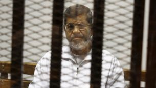 الرئيس المصري السابق محمد مرسي داخل قفص خلال محاكمته في القاهرة، 8 مايو 2014 (Tarek el-Gabbas/AP)