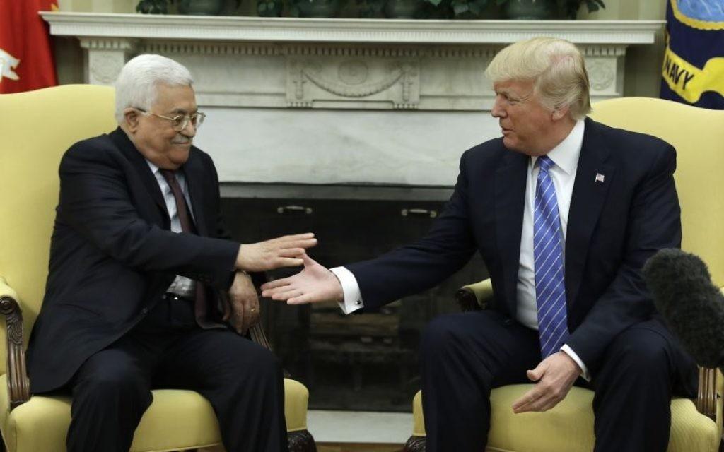 الرئيس الأمريكي دونالد ترامب (من اليمين) يصافح القائد  الفلسطيني محمود عباس، 3 مايو، 2017، في المكتب البيضاوي بالبيت الأبيض في واشنطن.  (AP Photo/Evan Vucci)