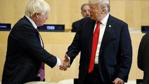 """الرئيس الأمريكي دونالد ترامب يصافح وزير الخارجية البريطاني بوريس جونسون خلال جلسة تحت عنوان """"إصلاح الأمم المتحدة: إدارة وأمن وتنمية"""" خلال مؤتمر الجمعية العامة للأمم المتحدة في 18 سبتمبر، 2017، في نيويورك. (AP Photo/Evan Vucci)"""