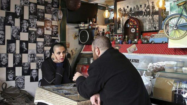 صورة توضيحية: إيرانيون داخل مطعم اكل سريع في طهران، 3 يناير 2018 (AP Photo/Ebrahim Noroozi)