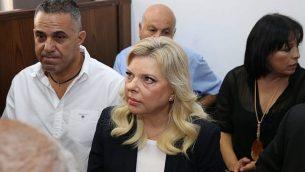 زوجة رئيس الوزراء بنيامين نتنياهو، سارة (في وسط الصورة)، تجلس في قاعة محكمة في القدس، 7 أكتوبر، 2018. (Amit Shabi, Yedioth Ahronoth, Pool via AP)