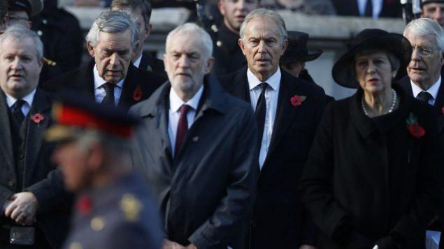 (من اليمين) رئيسة الوزراء البريطانية تيريزا ماي، رئيس الوزراء السابق توني بلير، قائد حزب العمال جيرمي كوربين، ورئيس الوزراء السابق غوردون براون، خلال مراسيم يوم احد الذكرى في لندن، 11 نوفمبر 2018 (AP Photo/Alastair Grant)