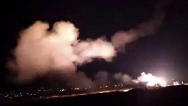 توضيحية: لقطة الشاشة هذه من مقطع فيديو لوكالة الأنباء السورية الرسمية 'سانا' يظهر صواريخ تحلق في السماء بالقرب من دمشق، سوريا، الثلاثاء، 25 ديسمبر، 2018.   (SANA via AP)