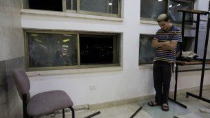 طالب داخل كلية دينية يهودية في سديروت، بعد اصابتها بصاروخ اطلق من قطاع غزة، 13 يونيو 2019 (AP/Tsafrir Abayov)