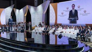 """في هذه الصورة من 25 يونيو، 2019، والتي نشرتها وكالة أنباء البحرين، يظهر مستشار البيت الأبيض جاريد كوشنر وهو يتحدث للجمهور خلال الجلسة الافتتاحية لورشة """"السلام من أجل الازدهار"""" في المنامة، البحرين. (Bahrain News Agency via AP)"""