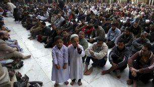 صورة توضيحية: مسلمون خلال صلاة الجمعة في جامع الازهر في القاهرة، 28 ديسمبر 2012 (AP/Khalil Hamra)