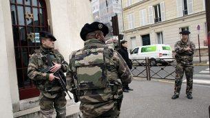توضيحية: جنود يقفون خارج كنيس في نويي سور سين، في ضواحي باريس، فرنسا، 13 يونيو، 2015.  (AP /Christophe Ena)