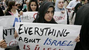 طلاب يشاركون في تظاهرة مناهضة لإسرائيل في جامعة كاليفورنيا بمدينة إرفاين.  (Mark Boster/Los Angeles Times via Getty Images/JTA)