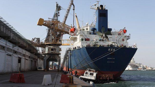 صورة توضيحية لسفينة شحن في ميناء حيفا (Yaakov Nahumi/Flash90)