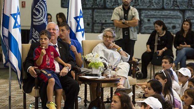 أطفال من إحدى البلدات المتاخمة للحدود غزة في ضيافة رئيس الدولة رؤوفين ريفلين في مقر إقامته الرسمي في القدس، 7 أغسطس، 2014. (Flash90)