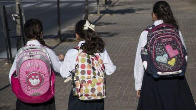 صورة توضيحية لطفلات يهوديات من التيار الحريدي في طريقهن إلى المدرسة في الضفة الغربية، 4 سبتمبر، 2016. (Nati Shohat/Flash90)
