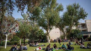 توضيحية: طلاب في حرم الجامعة العبرية في مدينة رحوفوت، 22 يناير، 2018.  (Miriam Alster/FLASH90)