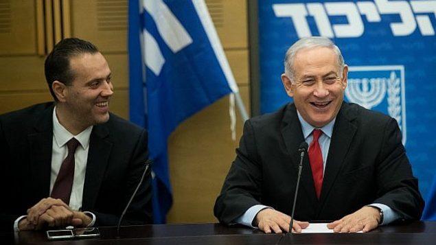 رئيس الوزراء بنيامين نتنياهو (يمين) وعضو الكنيست عن حزب الليكود، ميكي زوهر، في جلسة للحزب في الكنيست، 26 فبراير، 2018.  (Yonatan Sindel/Flash90)