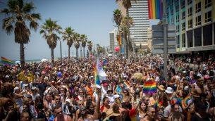اشخاص يشاركون في موكب الفخر السنوي في تل ابيب، 8 يونيو 2018 (Miriam Alster/Flash90)