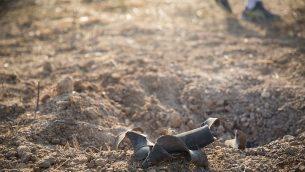 صورة توضيحية: بقايا صاروخ اطلق من غزة بالقرب من بلدة اسرائيلية، يوليو 2018 (Hadas Parush/Flash90)