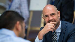 أمير اوحانا، الذي تم تعيينه كقائم بأعمال وزير العدل في 5 يونيو 2019، خلال جلسة لحزب الليكود في القدس، 11 مارس 2019 (Yonatan Sindel/Flash90)
