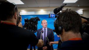 وزير التعليم نفتالي بينيت يصل جلسة الحكومة الاسبوعية في مكتب رئيس الوزراء في القدس، 2 يونيو 2019 (Yonatan Sindel/Flash90)