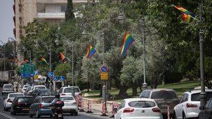 اعلام فخر مثلي في شارع اغرون في مركز القدس، 4 يونيو 2019، قبل مسيرة الفخر في المدينة في 6 يونيو (Hadas Parush/Flash90)