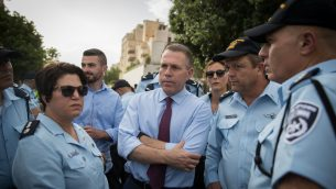 وزير الامن العام جلعاد اردان مع قوات الشرطة في موكب الفخر المثلي السنوي في القدس، 6 يونيو 2019 (Yonatan Sindel/Flash90)