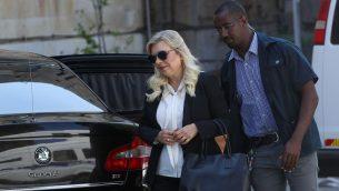 سارة نتنياهو، زوجة رئيس الوزراء بنيامين نتنياهو، تصل محكمة الصلح في القدس، 16 يونيو 2019 (Yonatan Sindel/Flash90)