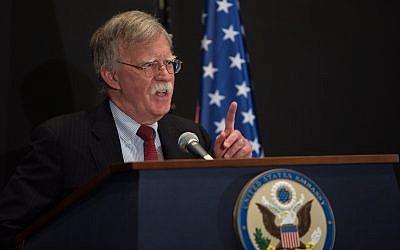 مستشار الأمن القومي الأمريكي جون بولتون يتحدث في مؤتمر صحفي عُقد في القدس، 25 يونيو، 2019.  (Noam Revkin FentonFlash90)