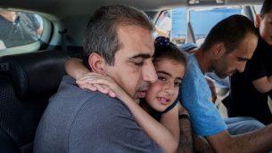 محمود قطوسة يحتضن ابنته بعد اطلاق سراحه من السجن، 25 يونيو 2019 (Yonatan Sindel/Flash90)