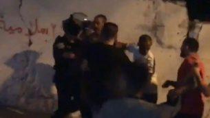 صورة شاشة من فيديو يظهر بحسب الافتراض رجل فلسطيني اصيب بنيران الشرطة الإسرائيلية بعد اطلاق العاب نارية صوبهم في حي العيساوية في القدس الشرقية، 27 يونيو 2019 (Twitter)