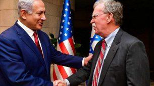 رئيس الوزراء بنيامين نتنياهو (يمين) يتحدث مع مستشار الأمن القومي الأمريكي جون بولتون، خلال إدلائهما ببيان للصحافة عقب لقاء جمعهما في القدس في 6 يناير، 2019.  ( Matty Stern/US Embassy Jerusalem)