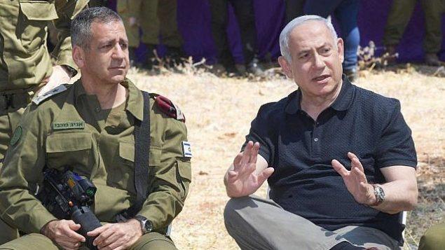 رئيس الوزراء بنيامين نتنياهو ورئيس هيئة الأركان الإسرائيلي أفيف كوخافي يحضران مناورة عسكرية في شمال إسرائيل.  (Amos Ben Gershom/GPO)
