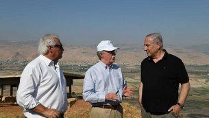 رئيس الوزراء بنيامين نتنياهو (على يمين الصورة)، ومستشار الأمن القومي الأمريكي جون بولتون (وسط الصورة) والسفير الأمريكي لدى إسرائيل ديفيد فريدمان خلال جولة في غور الأردن، 23 يونيو، 2019.  (Kobi Gideon/GPO)