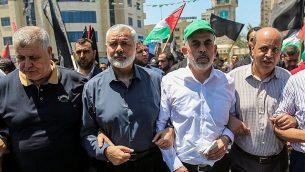 قادة حماس اسماعيل هنية ويحيى السنوار في مدينة غزة، 26 يونيو 2019 (Hassan Jedi/Flash90)