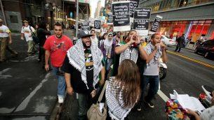صورة توضيحية: فلسطينيون ويهود يساريون خلال مظاهرة في نيويورك، 15 سبتمبر 2011 (AP Photo/David Karp)