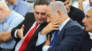 رئيس الوزراء بنيامين نتنياهو (يمين) يصغي لوزير الخارجية بالوكالة يسرائيل كاتس خلال جلسة للحكومة في مكتب رئيس الوزراء في القدس، 19 مايو، 2019.  (Ariel Schalit / various sources / AFP)