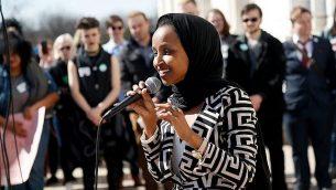 النائب في مجلس النواب الأمريكي إلهان عمر، ديمقراطية-مينيسوتا، تعرب عن مساندتها لطلاب مدرسة ثانوية من أفراد المجتمع المثلي، 21 مارس، 2109، في سانت بول، مينيسوتا.  (AP Photo/Jim Mone)